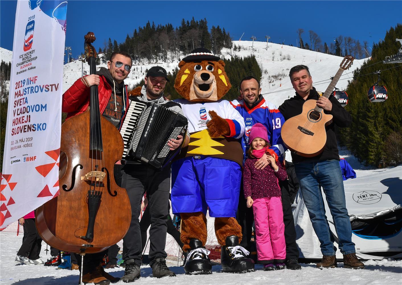 efed8159afe95 JASNÁ - Maskot 2019 IIHF majstrovstiev sveta v ľadovom hokeji na Slovensku,  medveď Macejko, už má svoju oficiálnu pieseň. Jej názov je výstižný -  Hokejová.