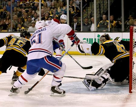 f5f3288d445d8 Center Desharnais strieľa prvý zo štyroch gólov Montrealu v Bostone. foto  SITA/AP