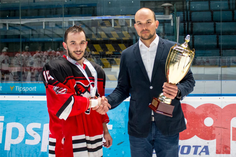 Martin Majerík preberá z rúk sekretára mládežníckych súťaži SZĽH Petra Kúdelku trofej pre 3. miesto v Extralige juniorov