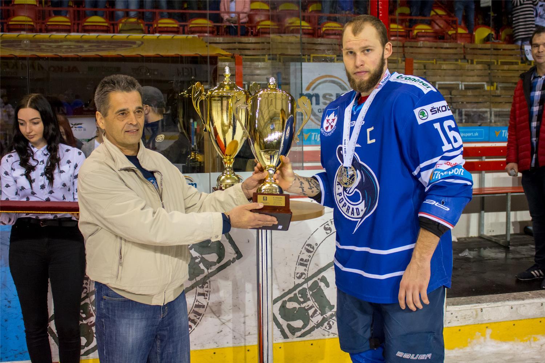 Kapitán juniorov Popradu Daniel Slanina preberá trofej pre II. miesto z rúk Jozefa Mitochu