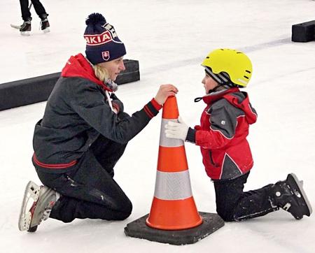 Naozaj obrovský kus organizačnej práce odviedla na zimných štadiónoch náborová manažérka SZĽH Diana Kosová v rámci projektu Deti na hokej. Podobný súzvuk s malými adeptmi  bol  pre ňu vari najkrajšou odmenou, foto Jozef Svoboda