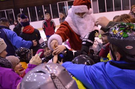 Medzi malých adeptov hokeja v Humennom zavítal s Gooolym aj Mikuláš, samozrejme so sladkosťami, foto Katka Ferencová