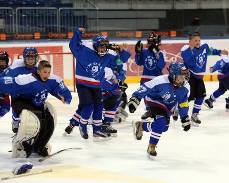 Radosť mladíkov HOBY Bratislava po finále Orange Minihokej Tour 2013, foto pf