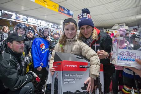Budúca hokejistka s náborovou manažérkou Dianou Kosovou, foto Radovan Mexa