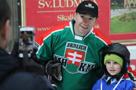 Ktože by nechcel mať fotografiu s majstrom sveta Žigmundom Pálffym, ktorý výdatne podporuje hokej mladých v Skalici, foto Miroslav Mindas