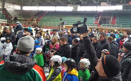 Chvíľa napätia, žrebujú sa desiati malí šťastlivci, ktorí dostanú výstroj od SZĽH, foto Miroslav Mindas