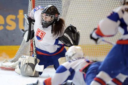 Brankárka Oľga Jablonovská v akcii, foto IIHF/Andy Mueller