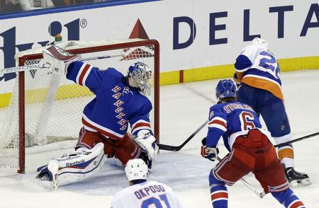 ba6f30b19f327 Thomas Vanek strieľa víťazný gól Islanders v derby s NY Rangers, foto SITA/ AP
