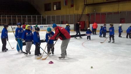 Hokejoví benjamínkovia v opatere trénerov HC Topoľčany, foto Diana Kosová