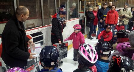 Počet hokejových výstrojov malým účastníkom projektu SZĽH Deti na hokej sa utešene rozrastá, foto Zuzana Chrenková