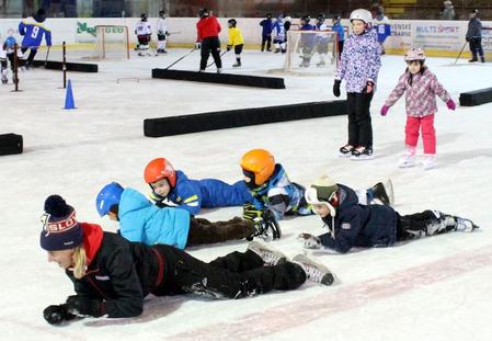 S deťmi si na ľade v Trebišove zašantila aj manažérka projektu Deti na hokej, foto Zuzana Albrechtová