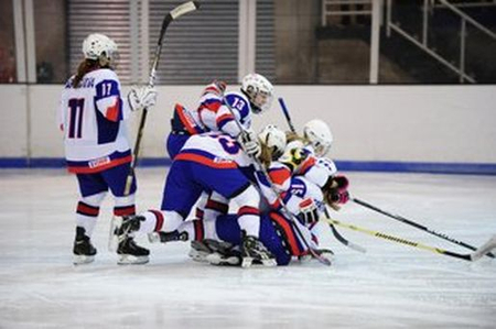 Radosť mladých slovenských hokejistiek, foto IIHF